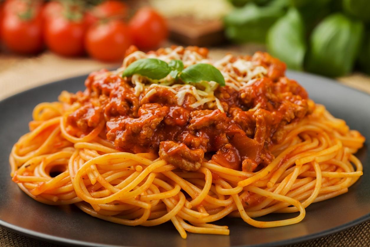 Aprenda como fazer um delicioso e colorido Spaguetti com Ragu de Frango