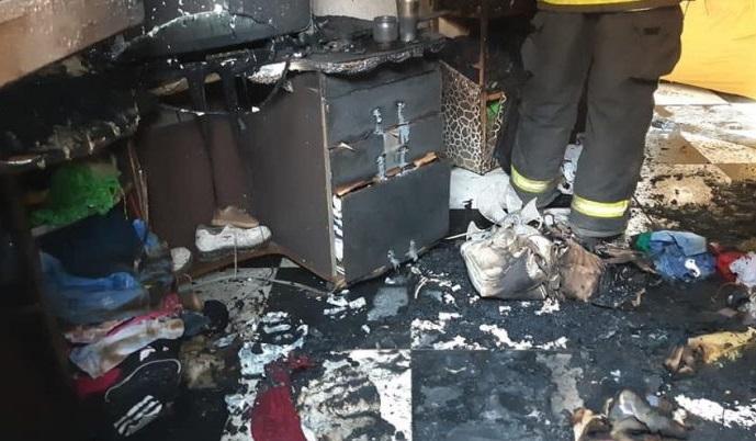 Mãe e dois filhos ficam feridos após incêndio em residência