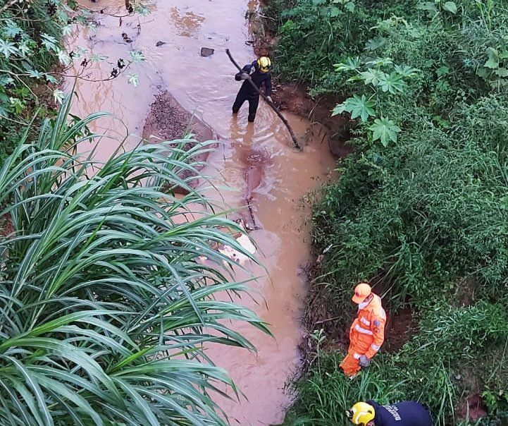 Bombeiros procuram por criança arrastada por águas em córrego no Bom Jardim