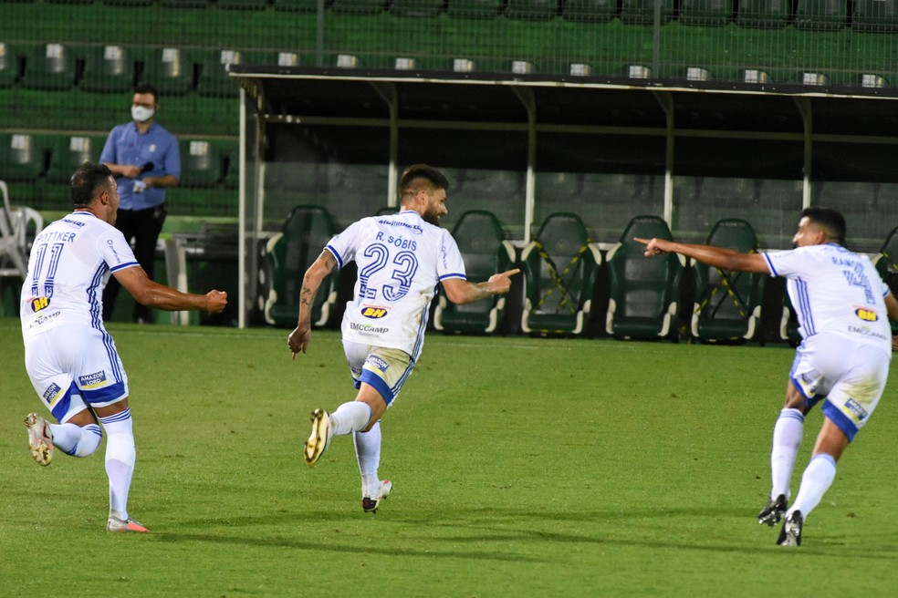 Cruzeiro desbanca líder, vence Chape e mantém sequência invicta na Série B