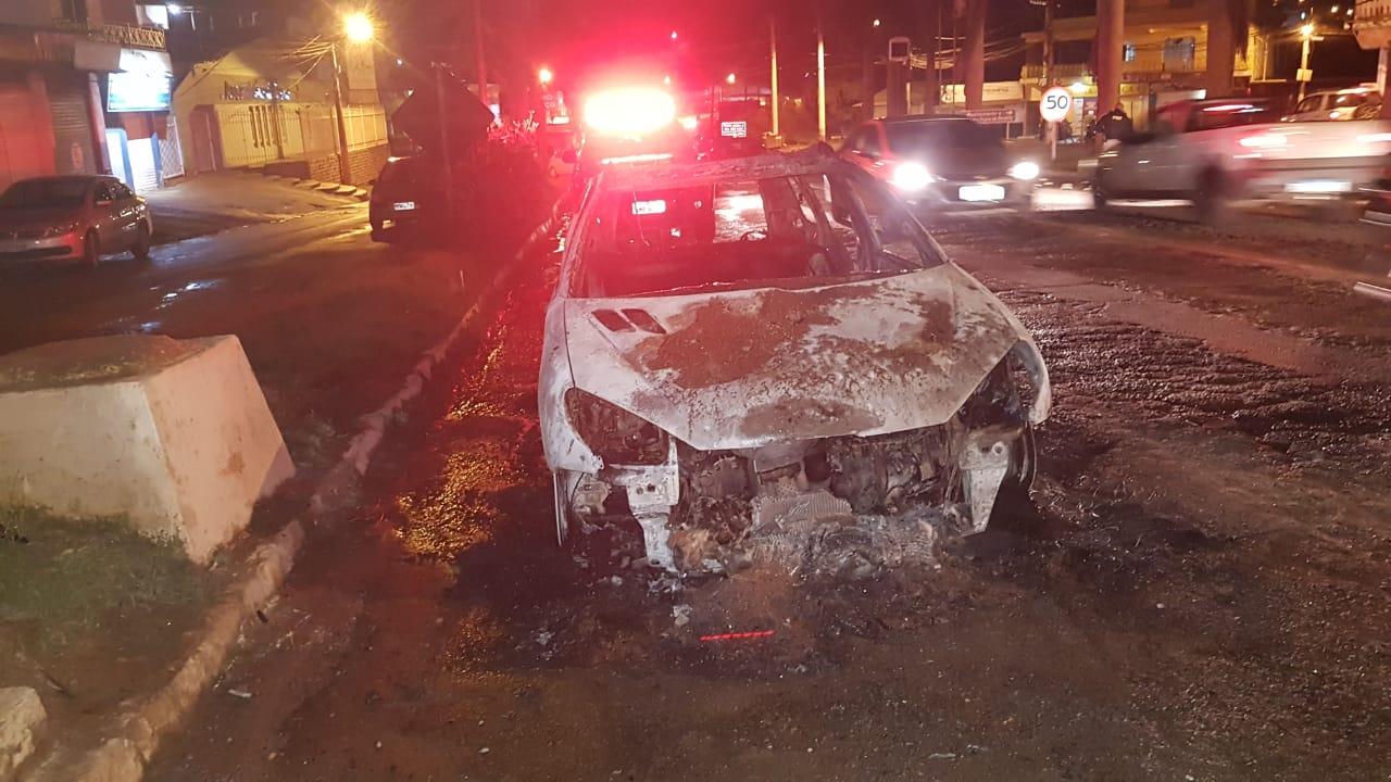 Carro pega fogo na Ponte da Aldeia