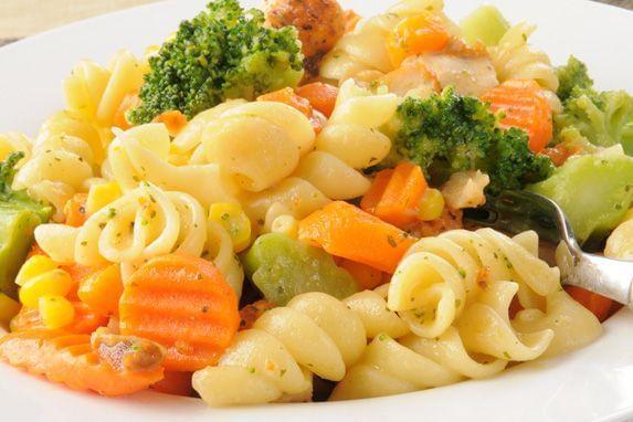 Aprenda a fazer uma salada de massa parafuso para os dia mais quente