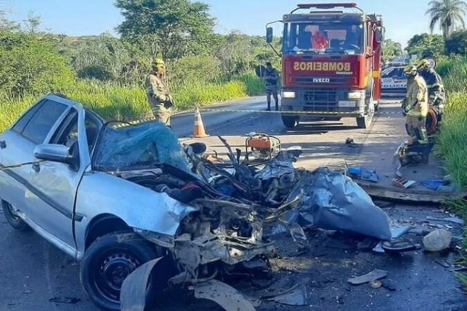 Batida entre carro e carreta deixa três mortos na BR-365