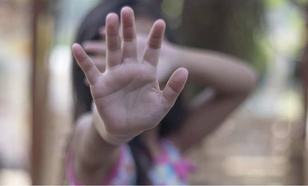 Criança de 10 anos engravida de gêmeos após ser estuprada pelo padrasto
