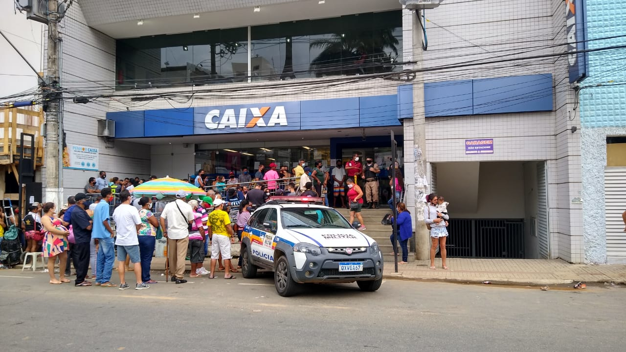 PM intervém por causa de venda de vagas em fila da Caixa em Manhuaçu