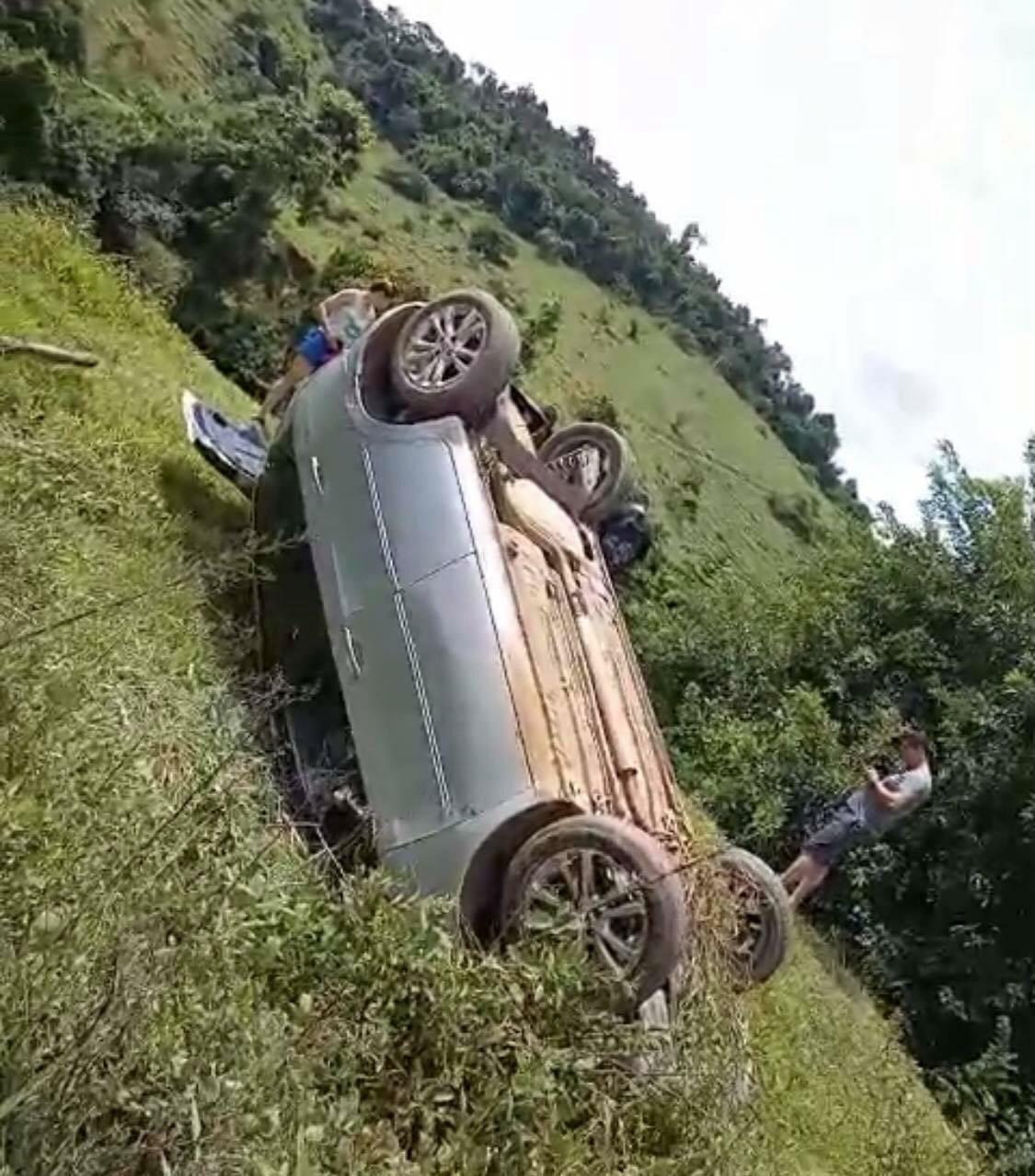 Barro na pista provoca acidente na mg-425