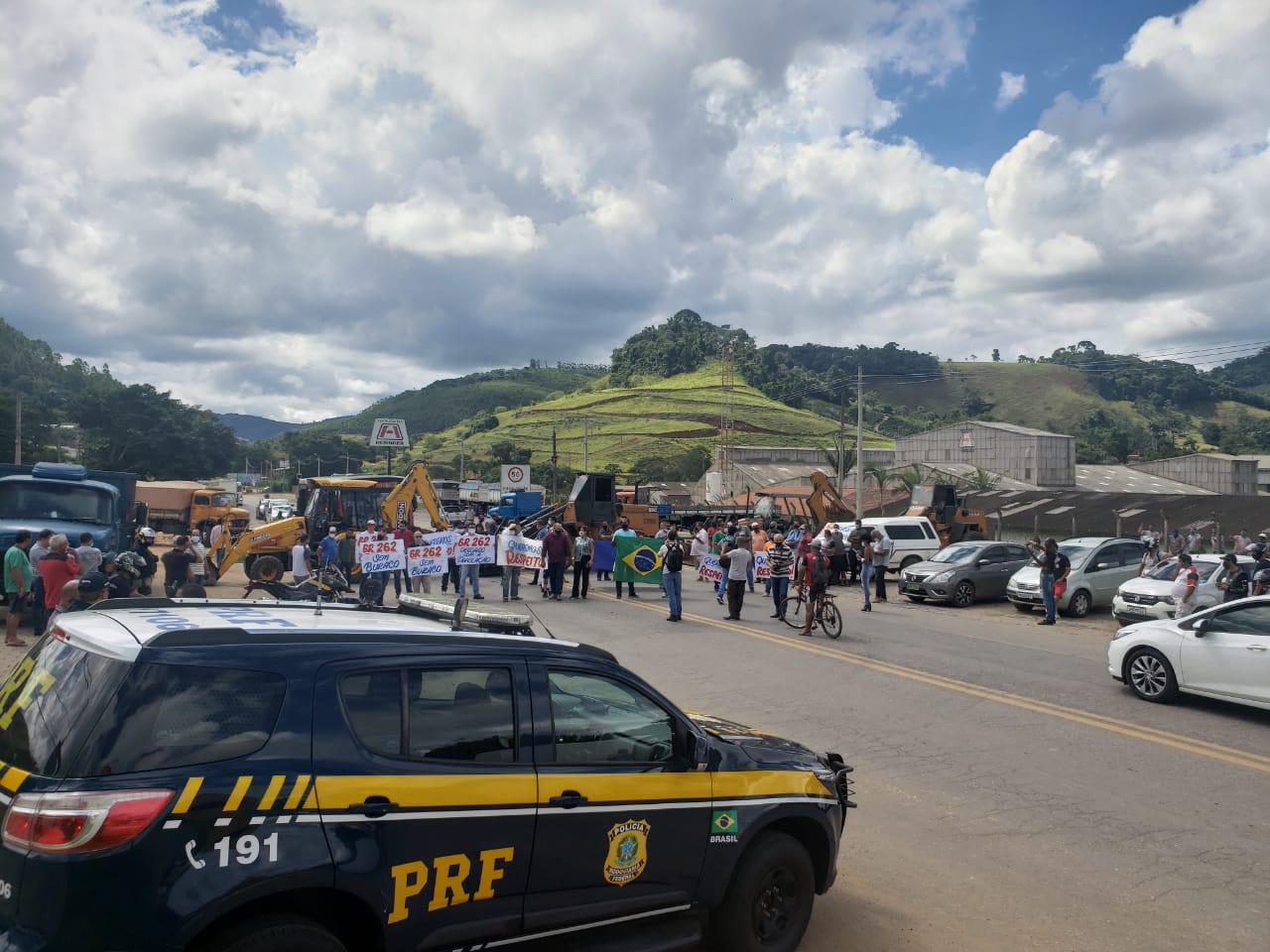 Em protesto, população interdita BR-262 em Manhuaçu