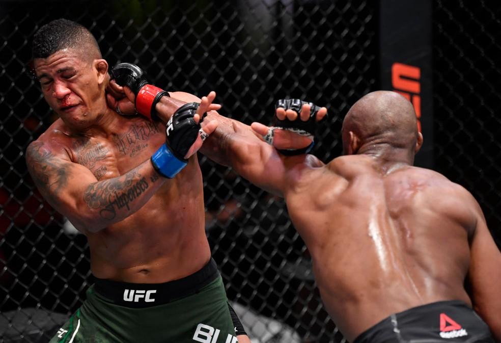 Gilbert Durinho é nocauteado por Kamaru Usman na luta principal do UFC 258
