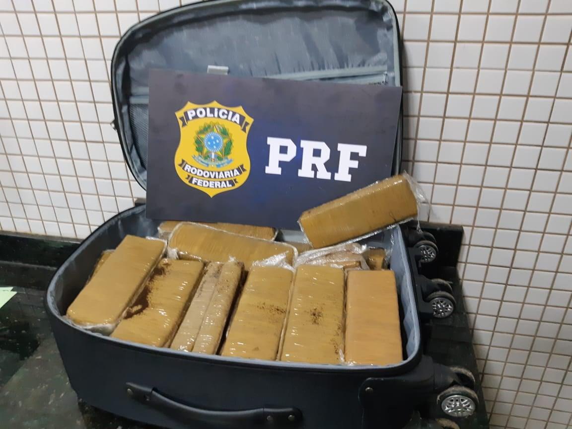 Polícia Rodoviária Federal apreende barras de maconha em mala de passageira