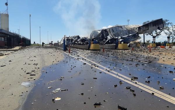 Acidente deixa 4 mortos e incendeia pedágio