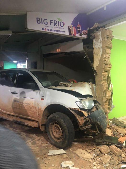Carro perde controle, invade calçada e atropela uma mulher em Manhuaçu