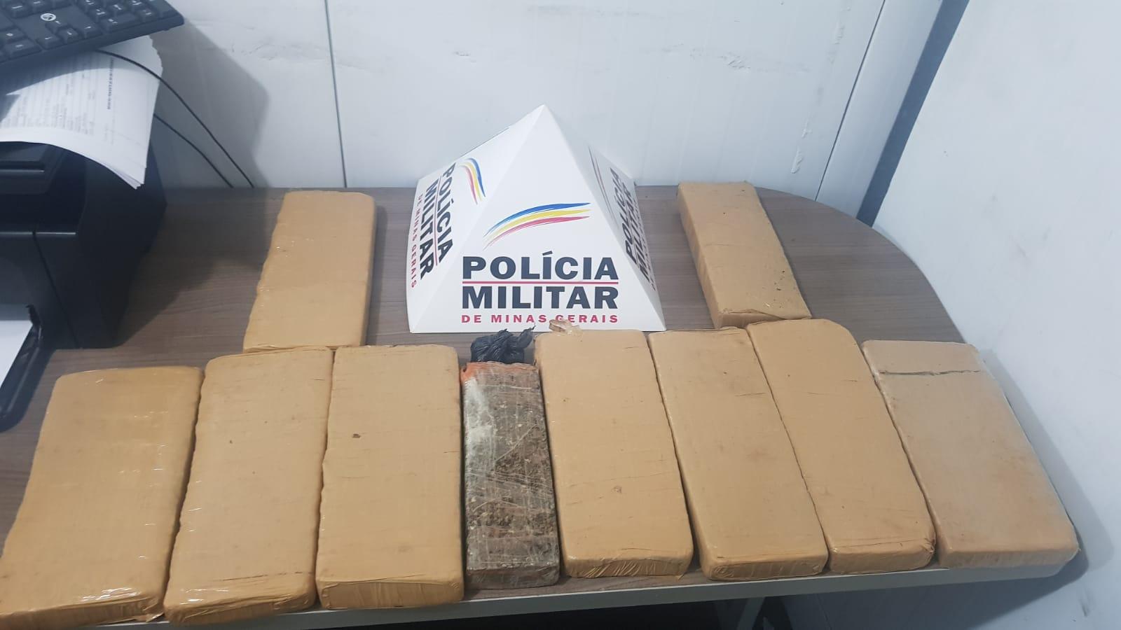 Dez barras de maconha apreendidas e dois presos no São Francisco de Assis em Manhuaçu