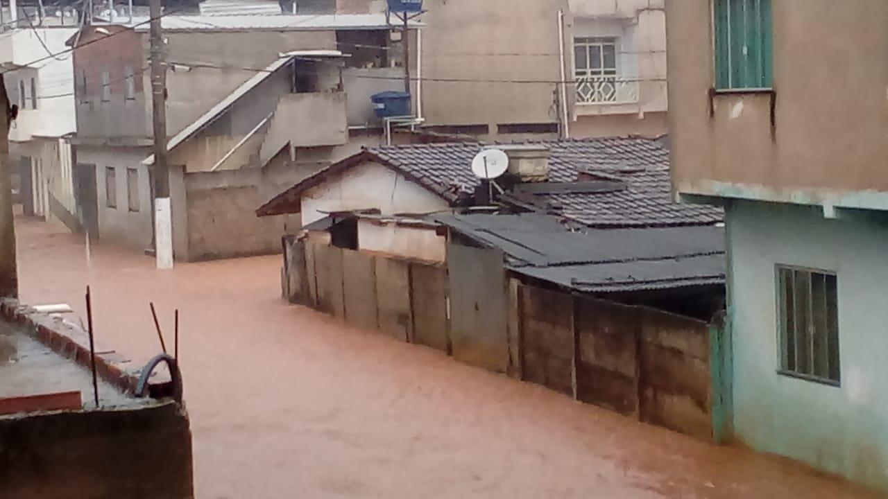 Manhuaçu: Chuva forte inunda ruas e arrasta carro no Distrito de Vilanova