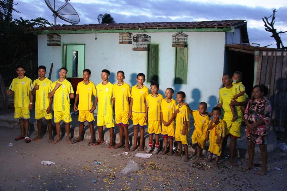 Casal dos 13 filhos com nomes iniciados com letra 'R' por causa de ex-jogadores aumenta 'time' e ganha uma menina