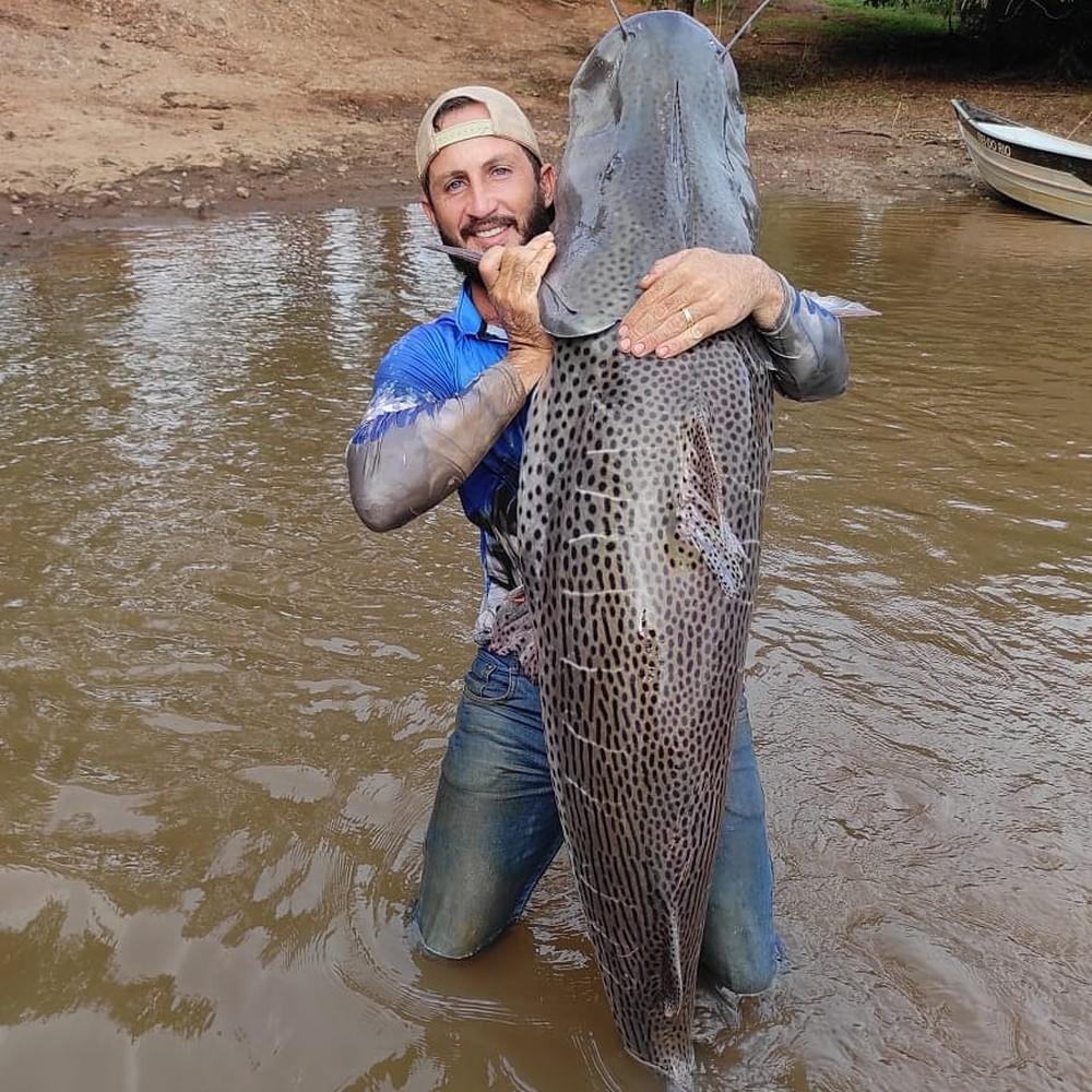 Agricultor pesca peixe de 1,75 metro e mais de 60 Kg em rio de MS: 'Bati meu próprio recorde'