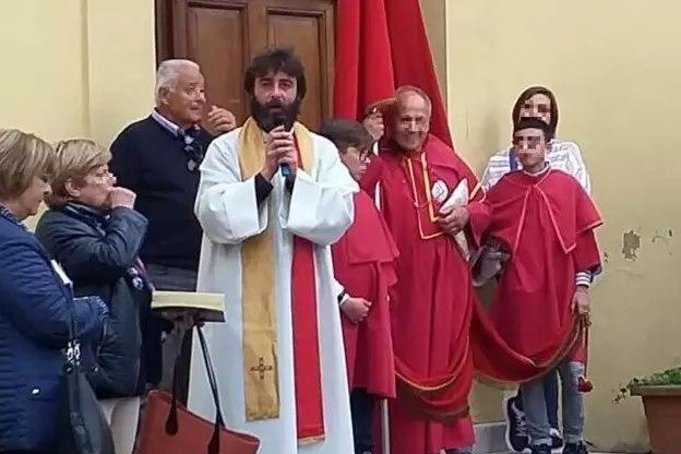 No meio da missa, padre anuncia que está apaixonado por uma mulher