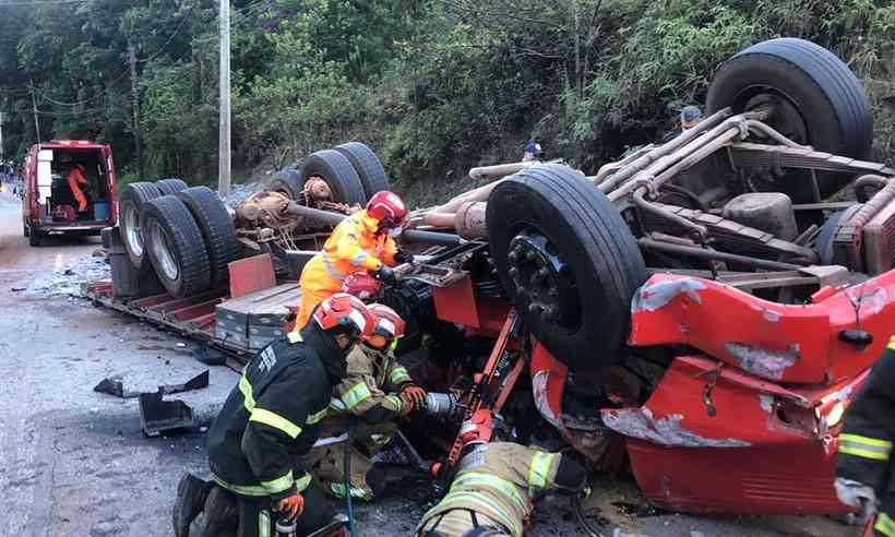 Caminhão tombar na MG-030 e uma pessoa morre