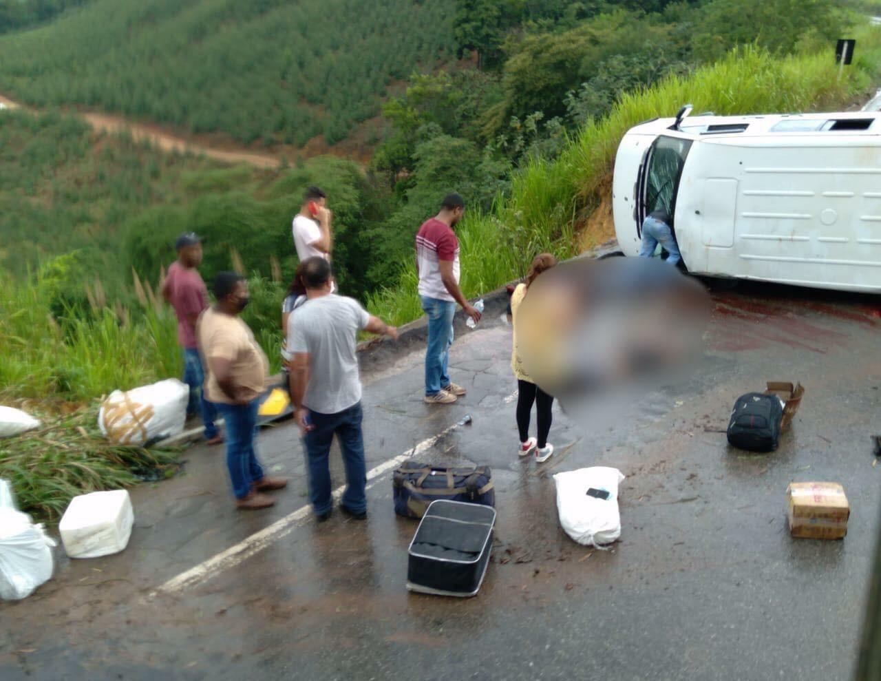 Acidente com van deixa três pessoas gravemente feridas