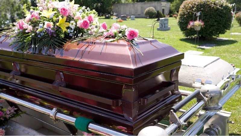 Corpos de idosos vítimas da Covid são trocados por funerária e família enterra pessoa errada