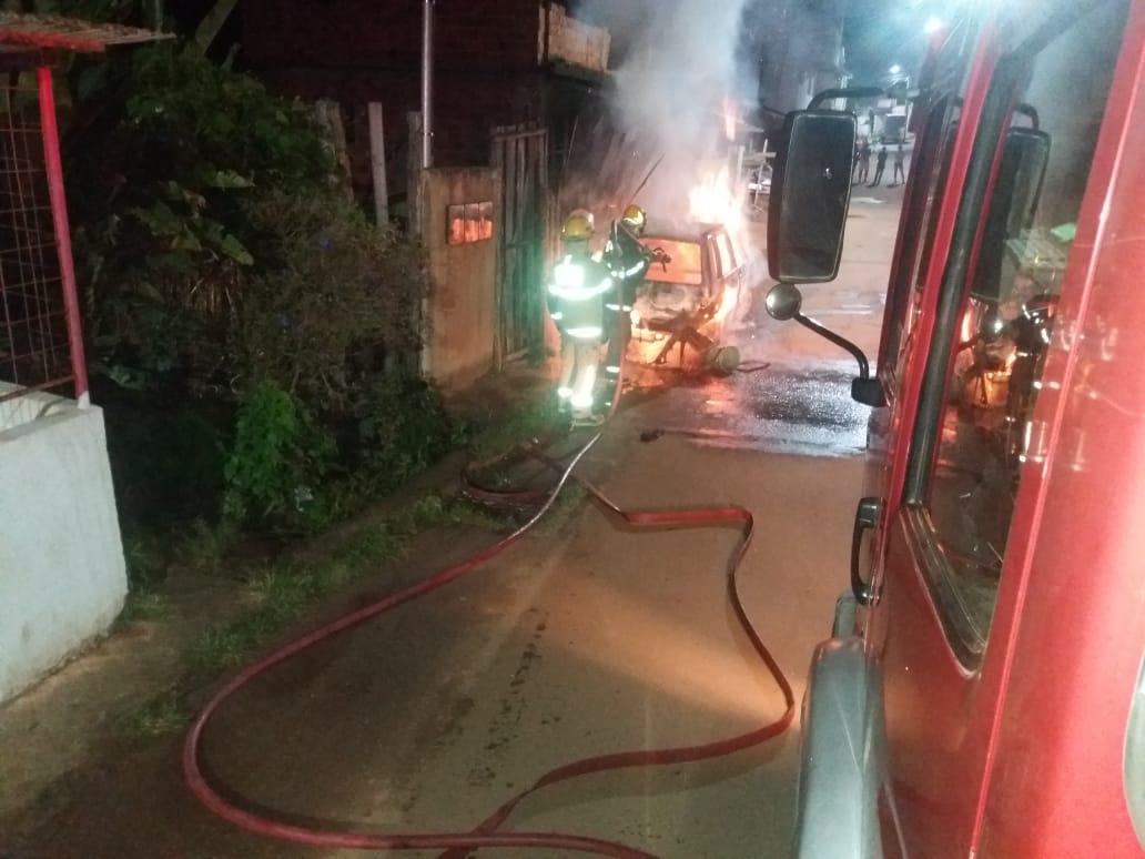 Incêndio consome carro no bairro Engenho da Serra em Manhuaçu