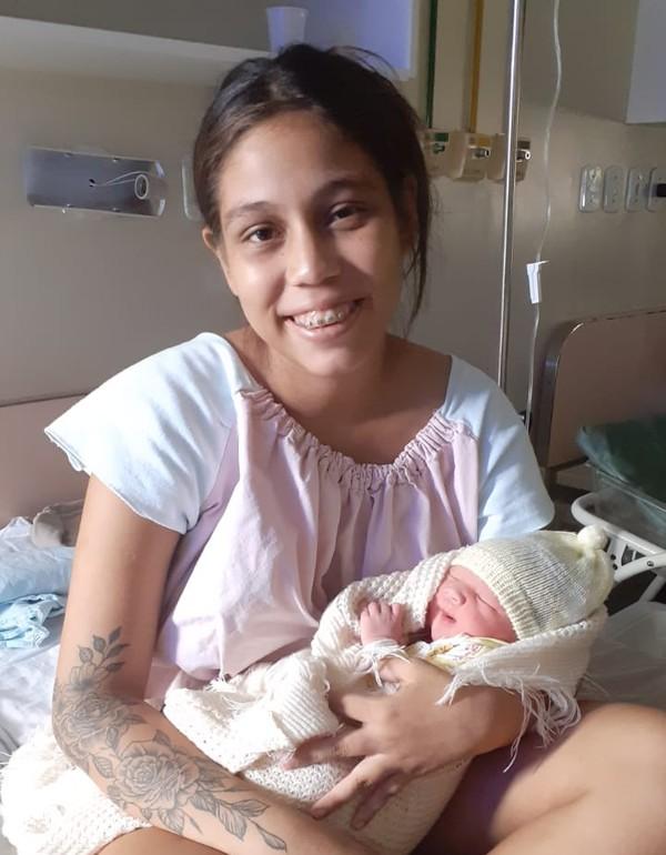 Jovem procura hospital com dores abdominais e sai com um filho no colo