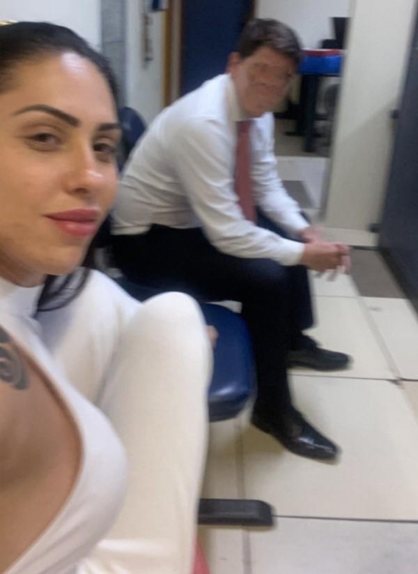 Monique Medeiros fez selfie ao depor sobre morte de Henry