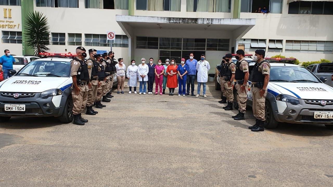 Policiais militares prestam homenagem aos profissionais de saúde em Manhuaçu