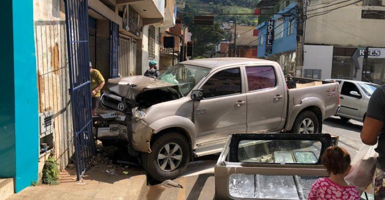 Condutor perde controle e colide caminhonete contra estabelecimento em Manhuaçu