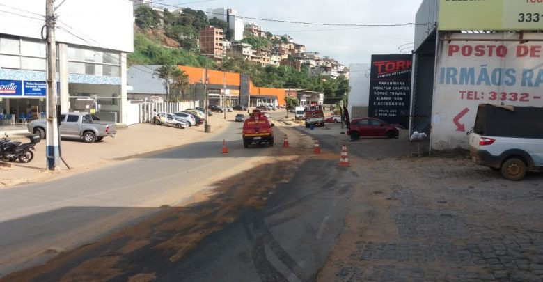 Bombeiros atuam em derramamento de óleo na Tancredo Neves