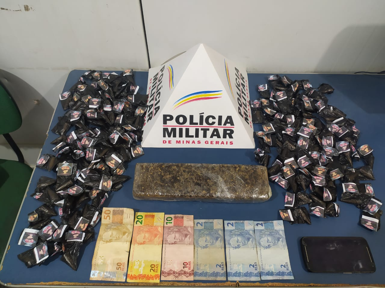 160 pinos de cocaína e barra de maconha com passageira em Realeza