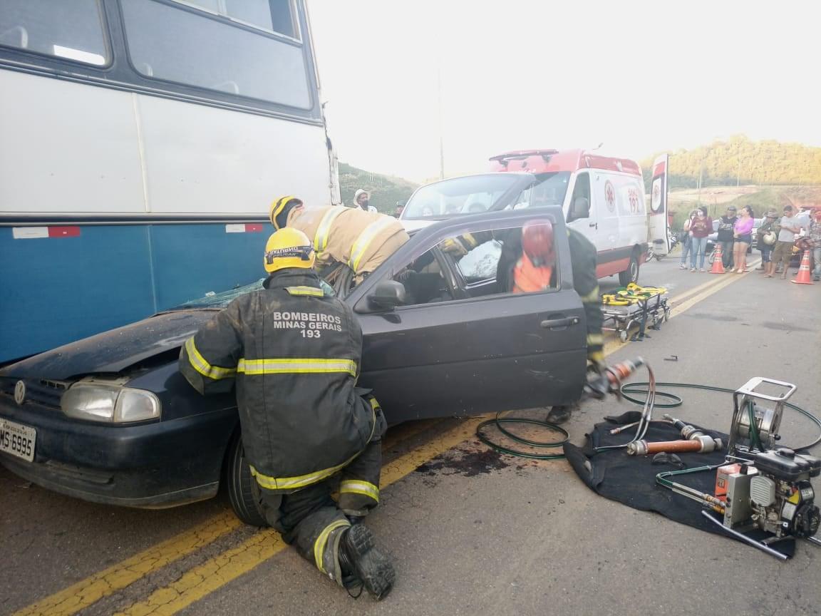 Colisão entre ônibus e carro é registrada MG-329