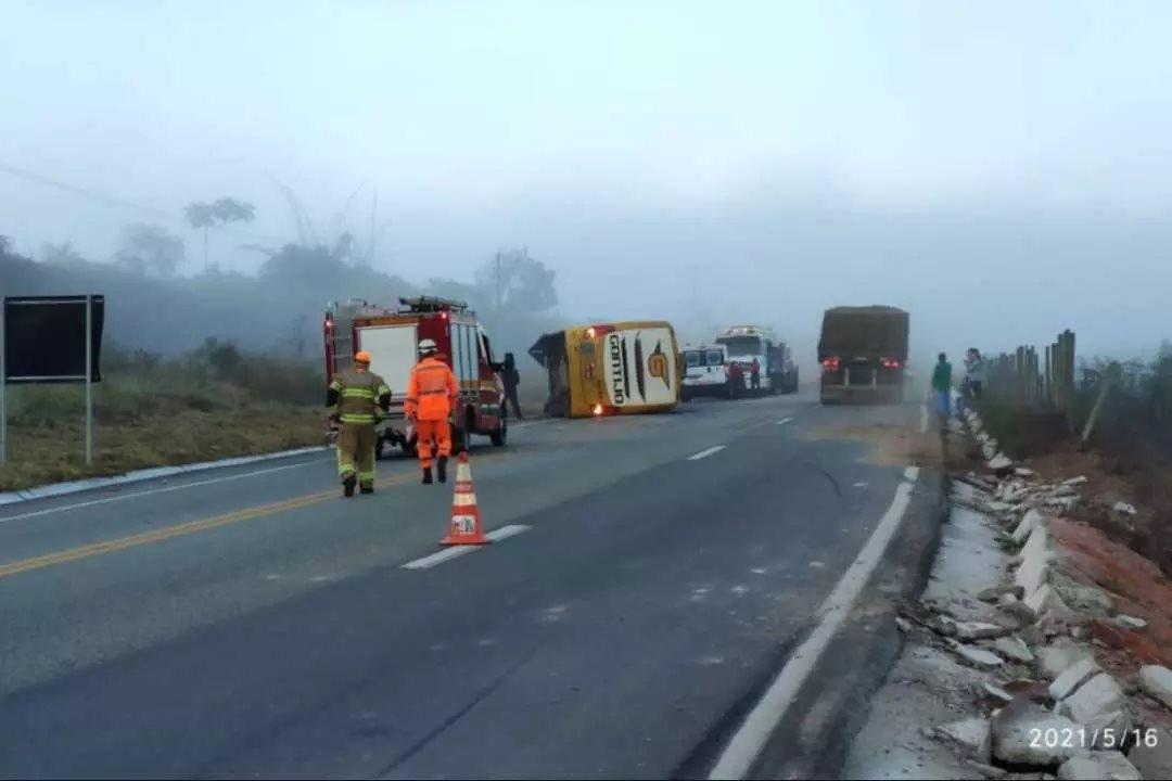 Ônibus capota, uma pessoa morre e dez ficam feridas na BR-381