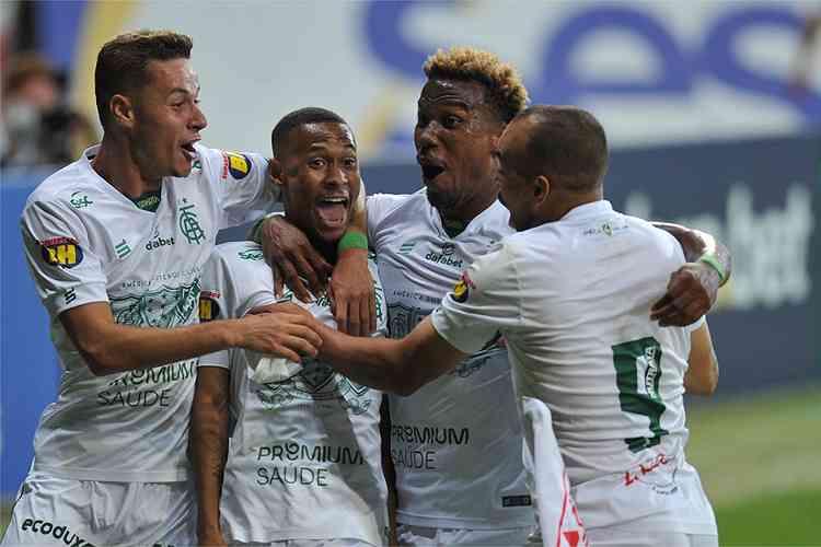 América vira sobre o Cruzeiro no fim do clássico e abre vantagem na semifinal