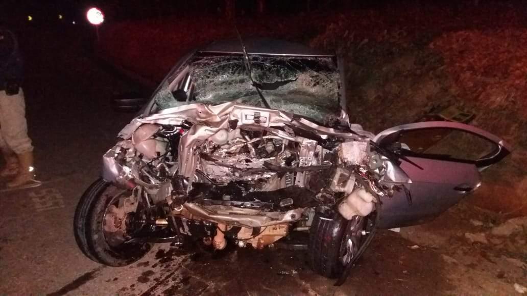 Colisão frontal entre carro e caminhão mata uma pessoa na BR-262.