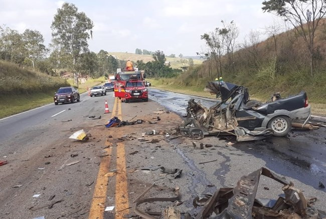 Batida entre ônibus e carro deixa uma pessoa morta e outra ferida na BR-040