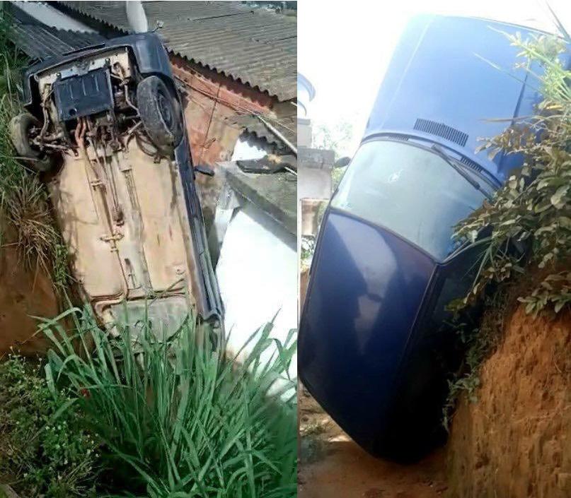 Carro cai em barranco e quase atinge casa