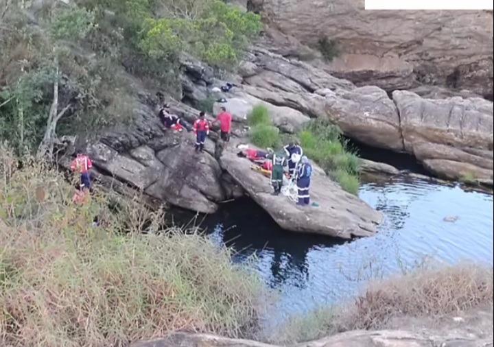 Casal morre afogado ao pular em cachoeira para fugir de abelhas