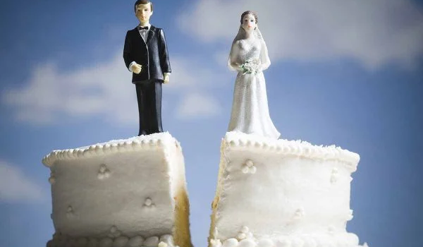 """Homem """"desaparece"""" no dia do casamento e noiva se casa com amigo dele"""