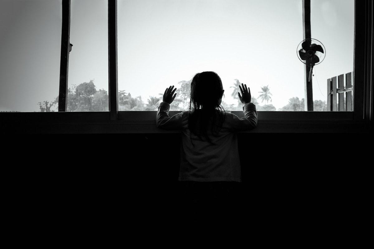 Mãe é detida por abandonar filho de 9 anos sozinho em casa