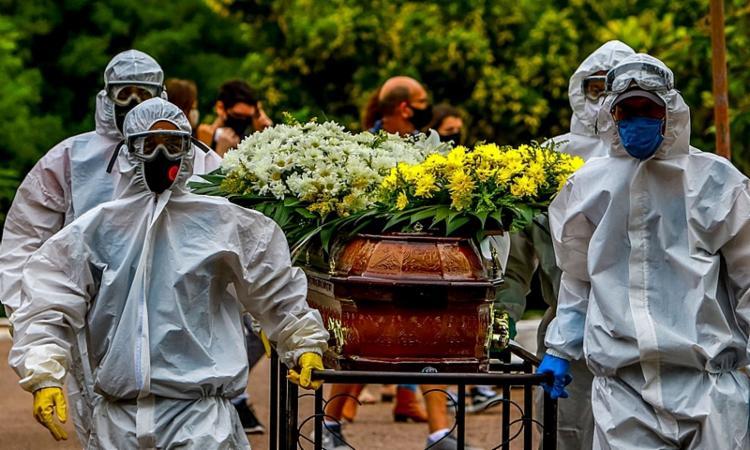 Média de mortes diárias por covid-19 cai 23,8% em um mês no país