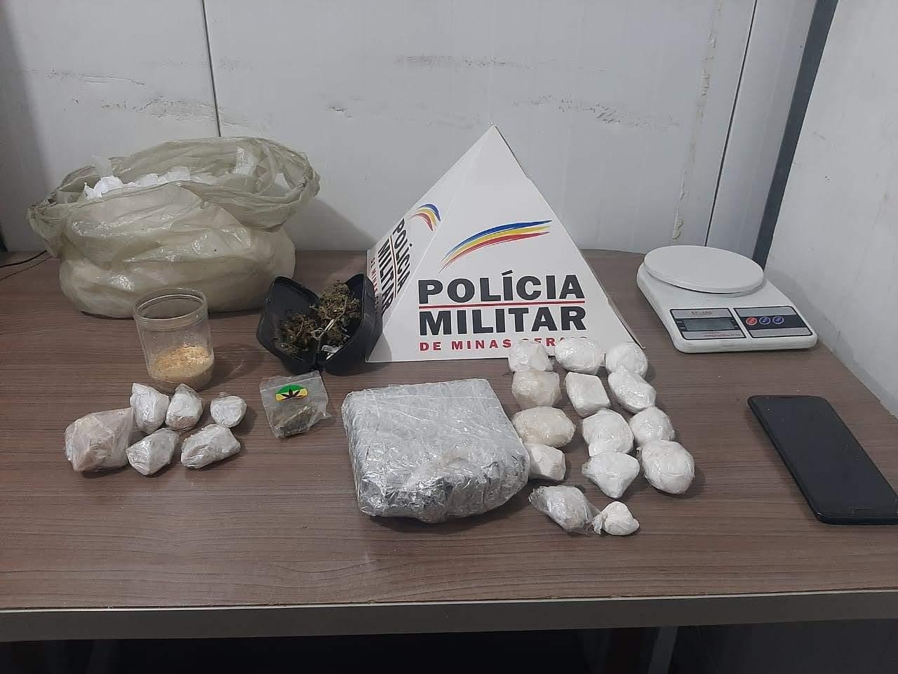 Polícia aprende grande quantidade de drogas na Vila Formosa em Manhuaçu