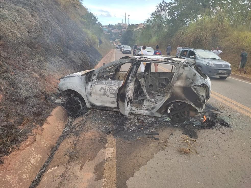 Mãe e filho de 8 anos morrem atropelados por carro na MG-120