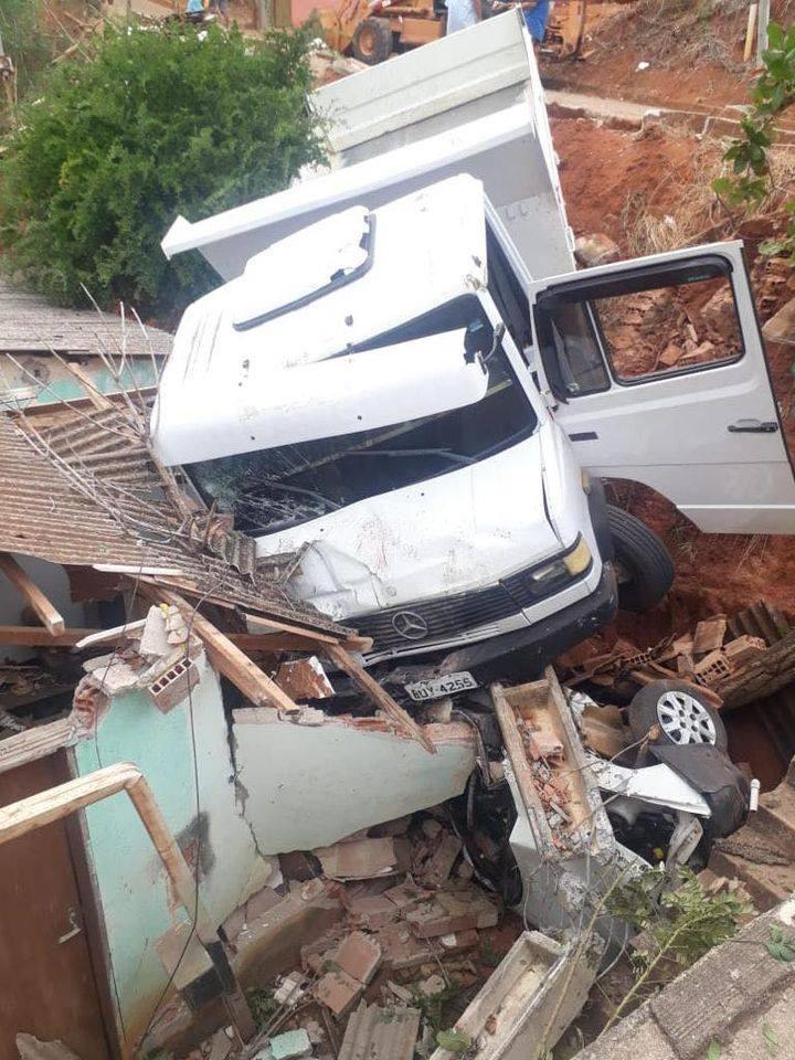 Motorista é inabilitado: caminhão fica desgovernado, atinge e arrasta carro e os dois caem em barranco, destruindo parcialmente uma casa