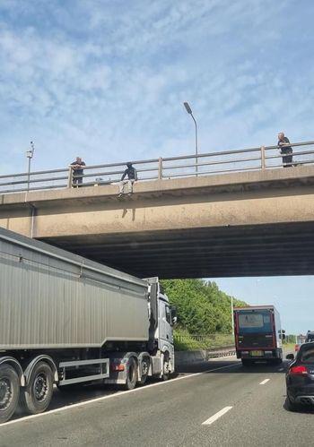 Motorista coloca caminhão em ponte e salva jovem que queria se atirar