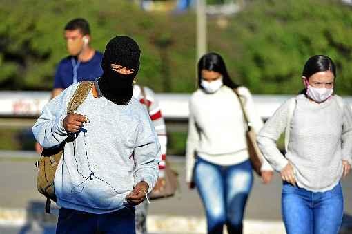 Chegada de tempo frio deve agravar avanço da covid-19 no Brasil, alerta Fiocruz