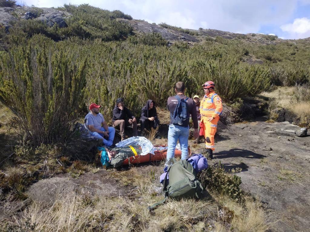 Bombeiros resgatam vítima no Pico da Bandeira