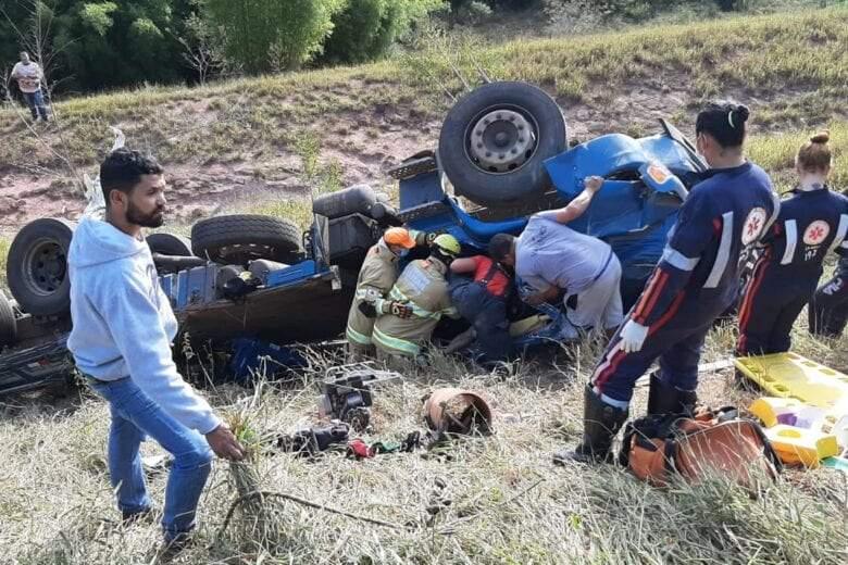 Motorista de São Pedro do Avaí morre após caminhão capotar em ribanceira