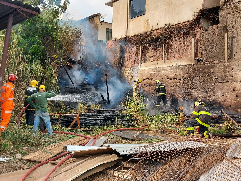 Bombeiros controlam incêndio em depósito no bairro São Jorge