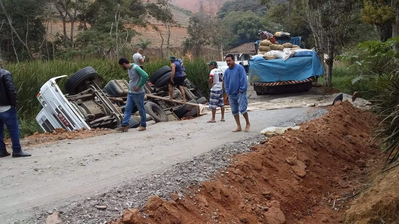 Caminhão tomba em desvio em estrada de terra em Manhumirim