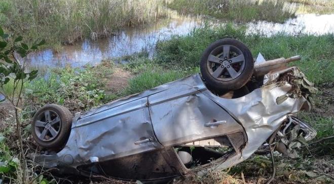 Homem morre após carro capotar e sair da pista, na BR 262